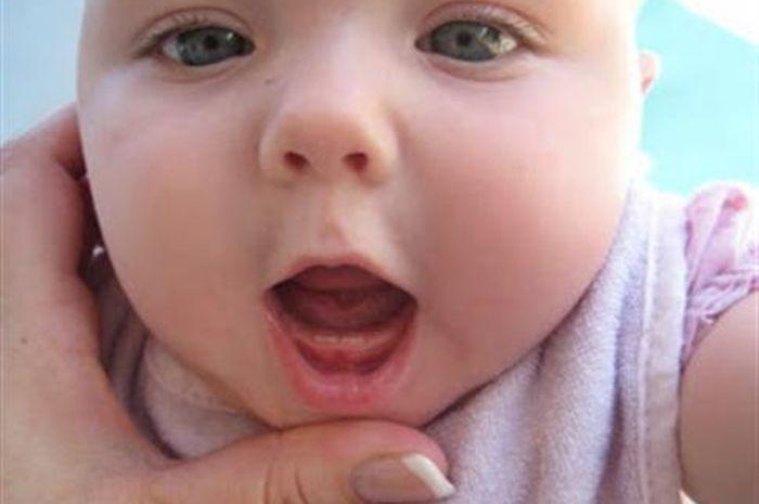 Mengenal Ciri-ciri Bayi Tumbuh Gigi